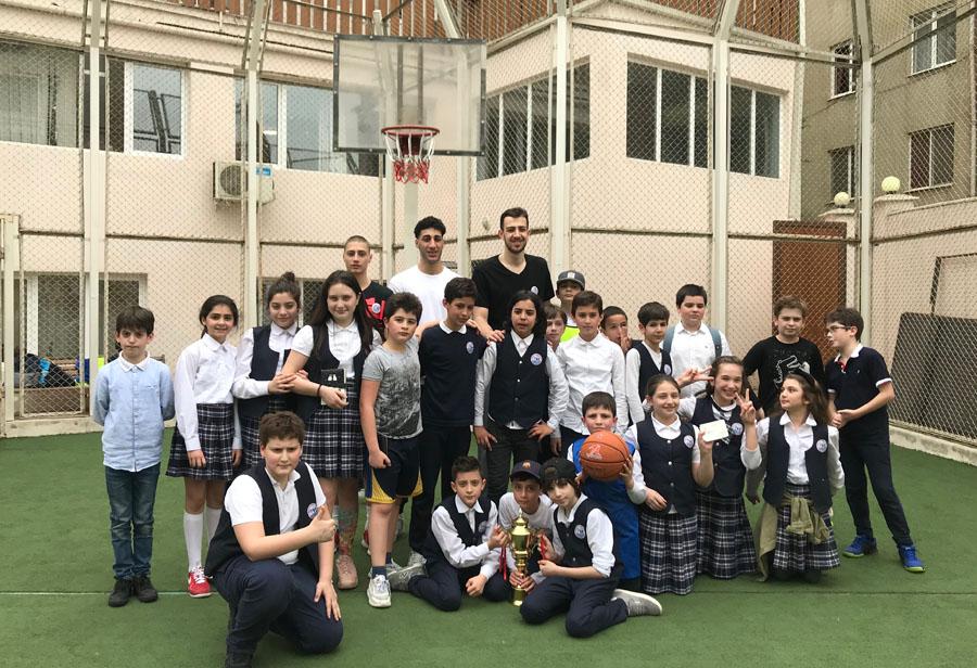 """საკალათბურთო კლუბ """"ოლიმპის"""" მოთამაშეები ქართულ-ამერიკულ სკოლაში"""