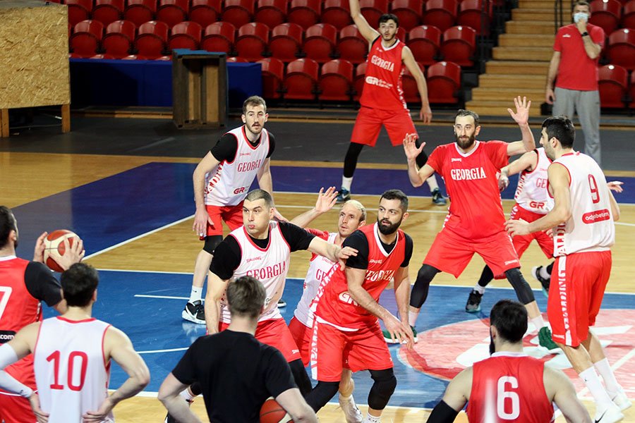 The national team held a complex practice session in the evening